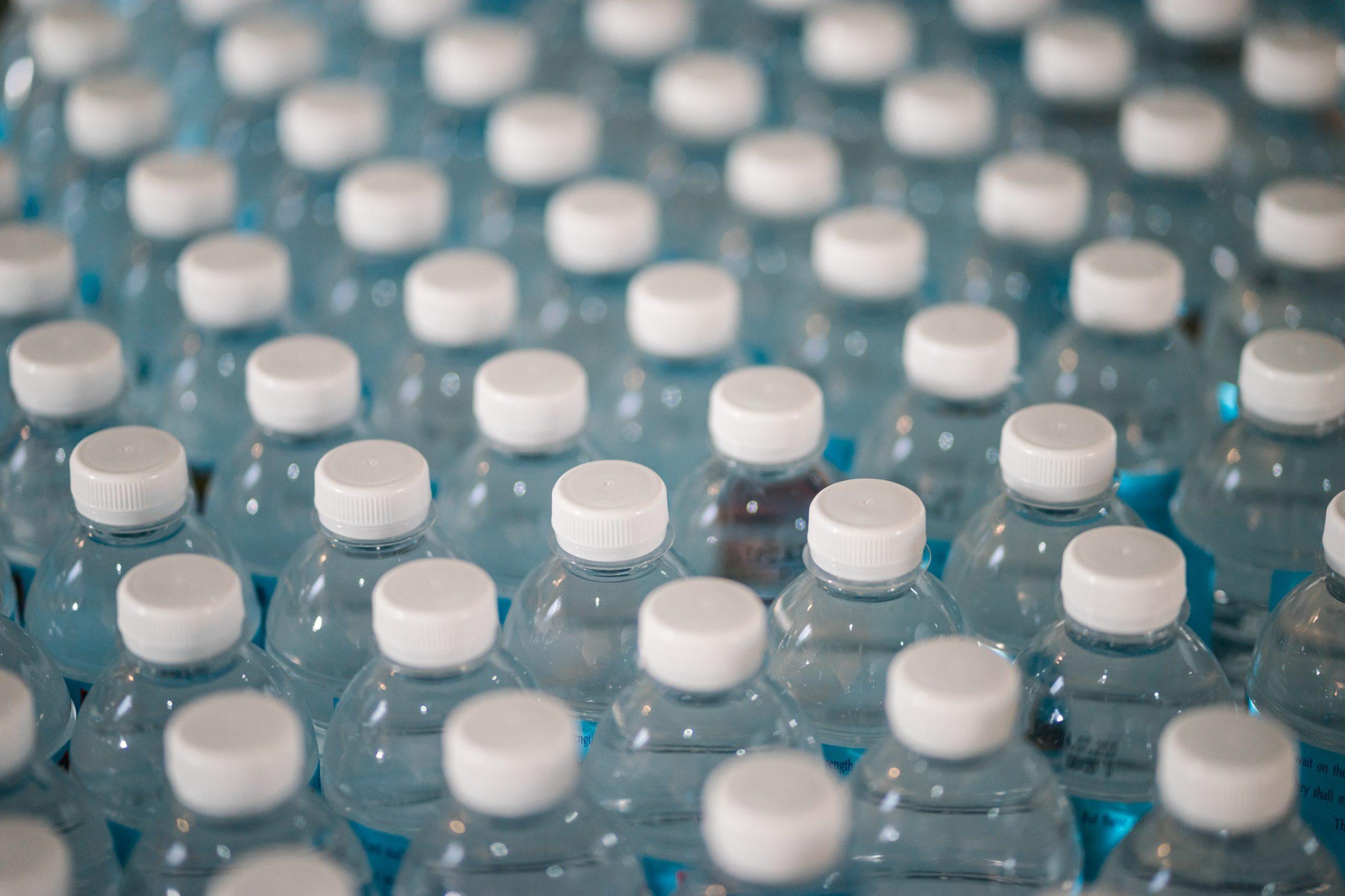 ile naprawdę jest wody w plastikowej butelce